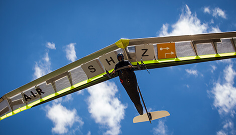 SHZ Sportflieger vor blauem Himmel
