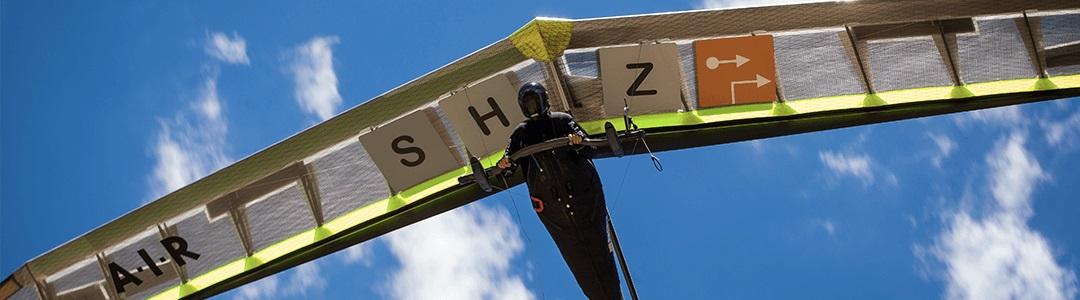 Ein Drachenflieger mit dem SHZ Logo